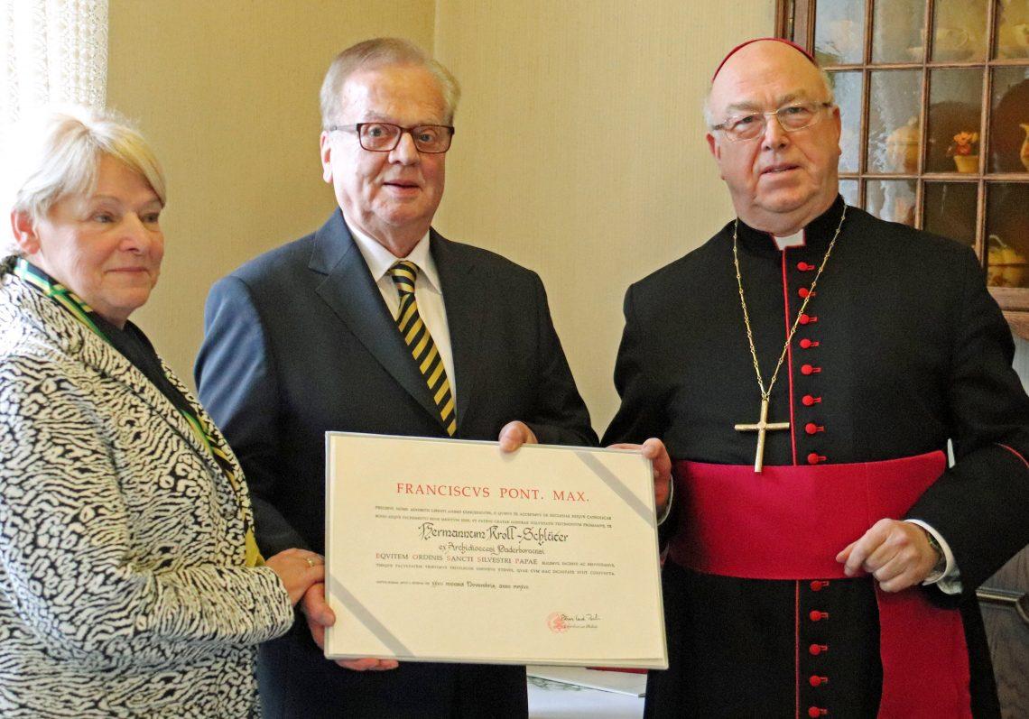 Silvesterorden Kroll-Schlüter1: Erzbischof Hans-Josef Becker hat im Namen von Papst Franziskus Hermann Kroll-Schlüter mit dem Silvesterorden ausgezeichnet. Seine Frau Adelheid war die erste Gratulantin